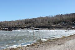 Chusovaya-Fluss in der Dauerwelle lizenzfreie stockfotografie