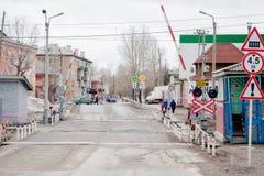 Chusovoy permanentregion, Ryssland - April 16 2017: Järnväg korsning med en barriär Royaltyfria Foton