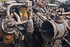 Chute avec de vieilles pièces de voitures sur le chute-tas Images stock