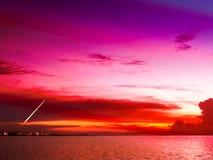 chute courte de météore de queue en ciel coloré et de coucher du soleil au-dessus de ville photo libre de droits
