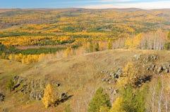 Chute d'or dans la gamme de montagne d'Ural Photographie stock libre de droits