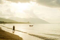 Chute dans des couples d'amour sur la plage Photographie stock