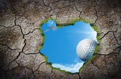 Chute de boule de golf images stock