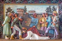 Chute de Bruges - de Jésus sous la croix Soulagement à St Giles (Sint Gilliskerk) en tant qu'élément de la passion du cycle du Ch images stock
