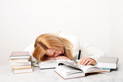 Chute de jeune femme en sommeil tout en étudiant Image libre de droits