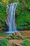 Chute de l'eau : l'eau blanche dans l'écoulement Photos libres de droits