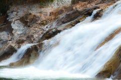 Chute de l'eau comme destination de touristes pendant des vacances de famille Image libre de droits