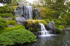 Chute de l'eau dans le jardin Photo stock