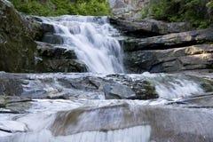 Chute de l'eau de roches de cascade de cascades photographie stock