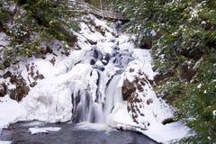Chute de l'eau en hiver Images libres de droits