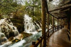 Chute de l'eau sur la vallée de Jiuzhaigou Photos libres de droits