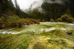 Chute de l'eau sur la vallée de Jiuzhaigou Photographie stock libre de droits
