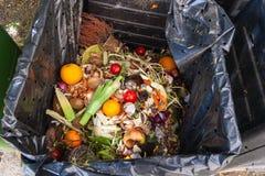 Chute de ménage dans le compost image stock