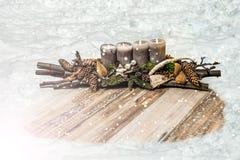 Chute de neige d'avènement de bougie de décoration de Joyeux Noël 4ème de neige de trou de textspace en bois gris de plat Photographie stock