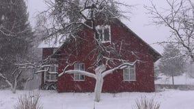 Chute de neige d'hiver et maison de ferme clips vidéos