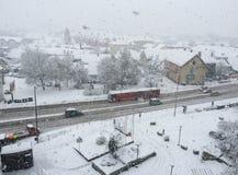 Chute de neige dans la ville Images stock