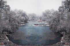 Chute de neige en hiver de Noël dans le village Images libres de droits