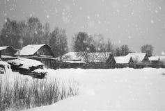 Chute de neige en hiver de Noël dans le village photographie stock libre de droits