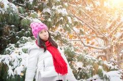 Chute de neige heureuse de fille Photographie stock libre de droits