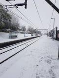 Chute de neige sur des voies de train Photographie stock