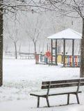 Chute de neige sur le terrain de jeu image stock