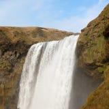 Chute de rivière en cascade de skogafoss avec le ciel bleu Photos stock