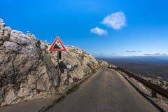 Chute de roche d'attention de poteau de signalisation dans Sveti Jure, Biokovo, Croatie photos libres de droits