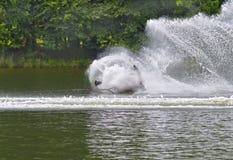 Chute de skieur de l'eau image stock