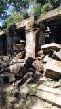 Chute des roches dans le temple de Siem Reap Photos stock