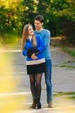 Chute en automne de couples d'amour Images libres de droits