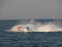 Chute en mer d'un vélo de l'eau image stock