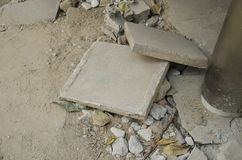 Chute en pierre de ciment cassée photographie stock libre de droits