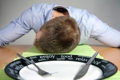 Chute en sommeil sur une table Photographie stock
