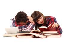 Chute endormie avec l'épuisement tout en étudiant Photos libres de droits