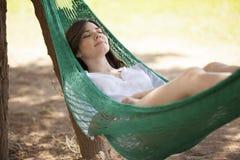 Chute endormie dans un hamac photos stock