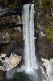 Chute et arc-en-ciel de l'eau Photos stock