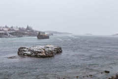 Chute froide de chute de neige importante de causes de tempête de neige d'hiver sur des îles de rivière Photo stock