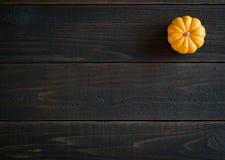 Chute Mini Pumpkin dans de minimaliste toujours la carte de la vie sur les conseils en bois déprimés et sombres de Shiplap avec l Photos stock