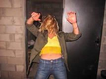 Chutes de blonde de fille photo libre de droits