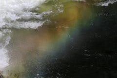 Chutes de l'eau d'arc-en-ciel Arc-en-ciel au-dessus de cascade dans le barrage Arc-en-ciel coloré dans l'eau d'éclaboussure L'eau image libre de droits