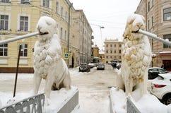 Chutes de neige d'automne dans la ville Photos stock