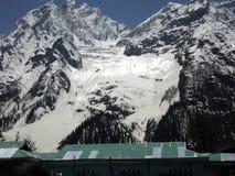 Chutes de neige dans la montagne images libres de droits