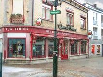 Chutes de neige dans la ville d'hiver Boutique sur la rue dans Valkenburg Nethe Images stock