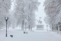Chutes de neige dans la ville, monument sous la neige Photographie stock