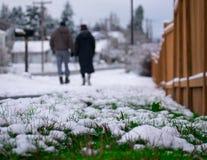 Chutes de neige dans une petite ville images libres de droits