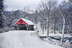 Chutes de neige de pont couvert dans New Hampshire rural Photographie stock