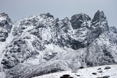 chutes de neige du Népal de montagnes de l'Himalaya Images stock