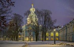 Chutes de neige et couvent de Smolny avec l'illumination de nuit en St Peter Image libre de droits