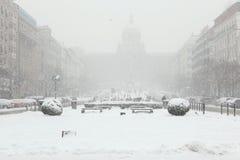Chutes de neige lourdes au-dessus de Wenceslas Square à Prague, République Tchèque Photo libre de droits