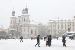 Chutes de neige lourdes couvrant la vieille place à Prague Images stock